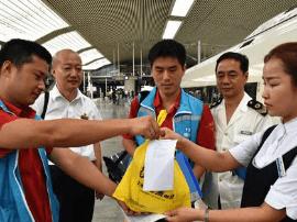 福州火车站送出第一份网络订餐 乘务员检查送餐