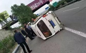 长治:95后女司机高速上练手 车翻玻璃碎人受伤!