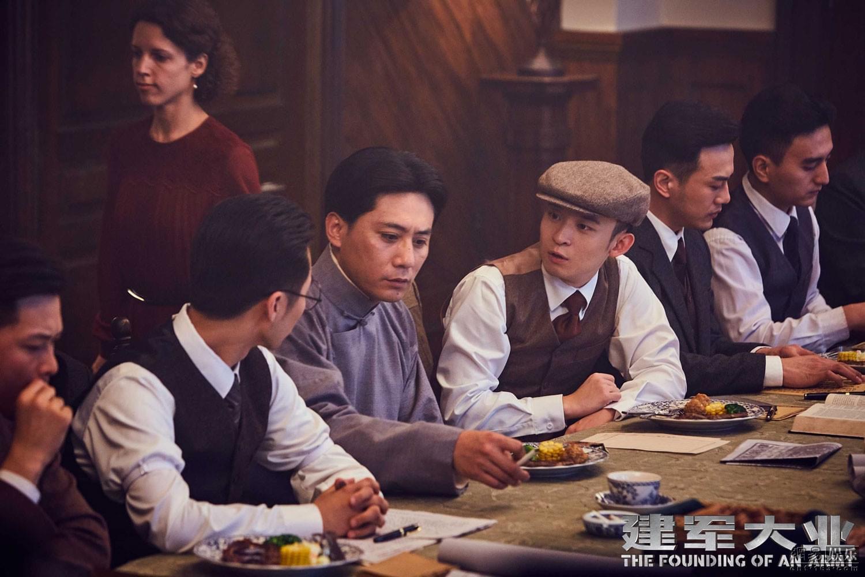 电影《建军大业》中董子健饰演的邓小平参与八七会议讨论
