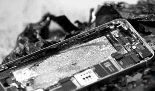 充电器家中充电引燃沙发  民警消防联手排除险情