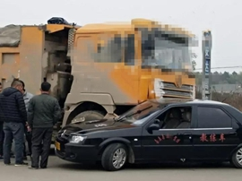 嘉鱼大货车与小车迎面相撞 几乎车毁人亡