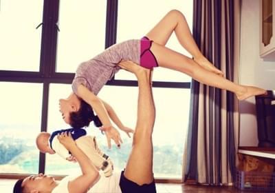 高颜值练瑜伽一家三口