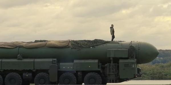 俄记者直接站在行驶中的白杨导弹上