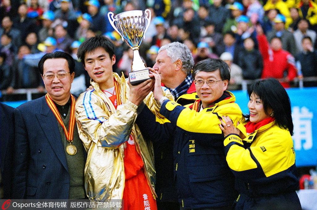 他17岁穿曼联10号演帽子戏法成中国第1人,却在鲁能被逼退役