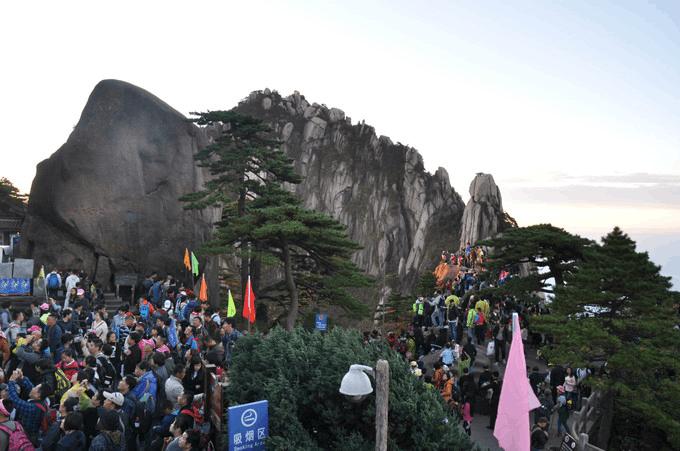 """不少游客吃了""""闭门羹"""" 黄山春节""""限客""""为哪般"""