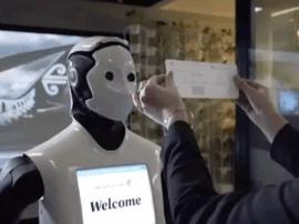 机场也智能?人脸识别过安检 机器人帮你拿行李