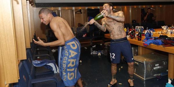 大巴黎第七冠!姆巴佩裹一条浴巾被喷香槟