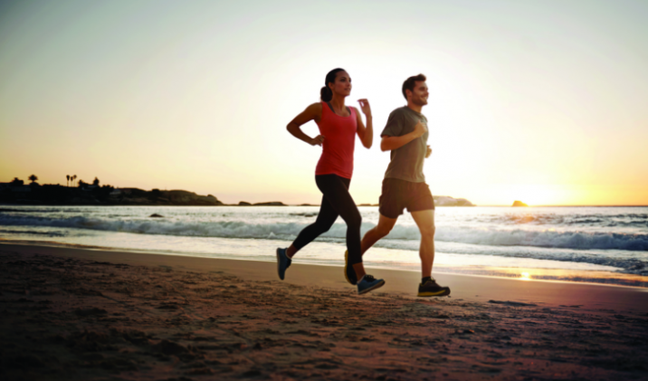 沙滩跑步增加能量消耗 穿鞋光脚跑皆可