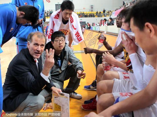 2010-2011赛季,初出茅庐的任磊(外教旁戴眼镜者)