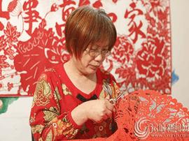 李惠芳:用片片剪纸传承古老艺术