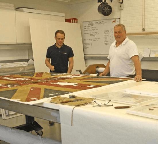 破布片竟价值30万英镑 原是滑铁卢战役古董军旗
