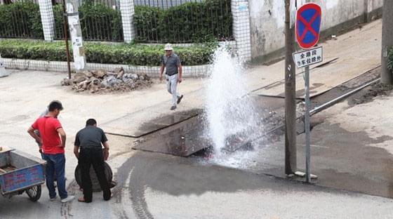 卡车压断自来水管喷涌