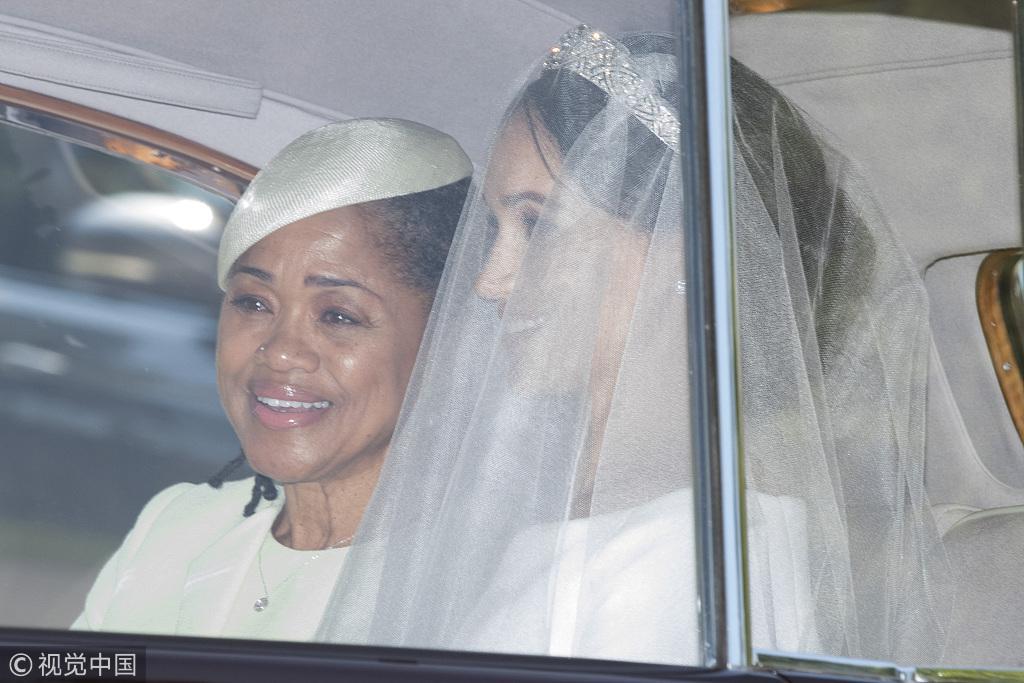 新娘驾到!梅根·马克尔与母亲抵达温莎城堡
