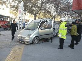 """咸宁市城管和交警部门联合清理城区""""僵尸车"""""""