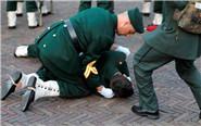 马克龙访荷兰 仪仗兵晕倒