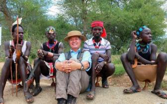 非洲部落出门必化妆的奇葩男人,还携带武器