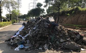 竟把7吨垃圾倒在人行道上?桥头执法人员盯上这企业