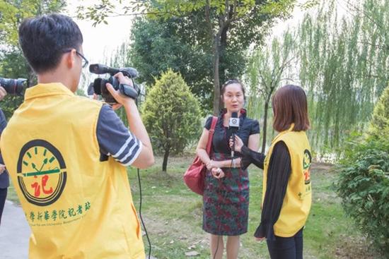 中山大学作家写作营的创始人戴凡教授接受中大新华学生记者采访