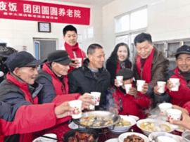 马龙飞夫妇:连续九年来敬老院  献爱心回馈社会