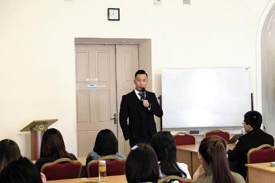 郭明斐先生为在俄留学生进行演讲