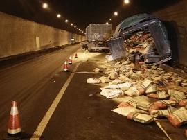 云中山隧道发生追尾事故 现场单车道通行