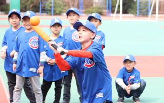 阳光下的棒球少年 专业教练进课堂引燃校园棒球乐趣