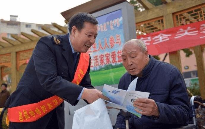 市食药监局为马山镇蔡桥村村民普及安全用药常识