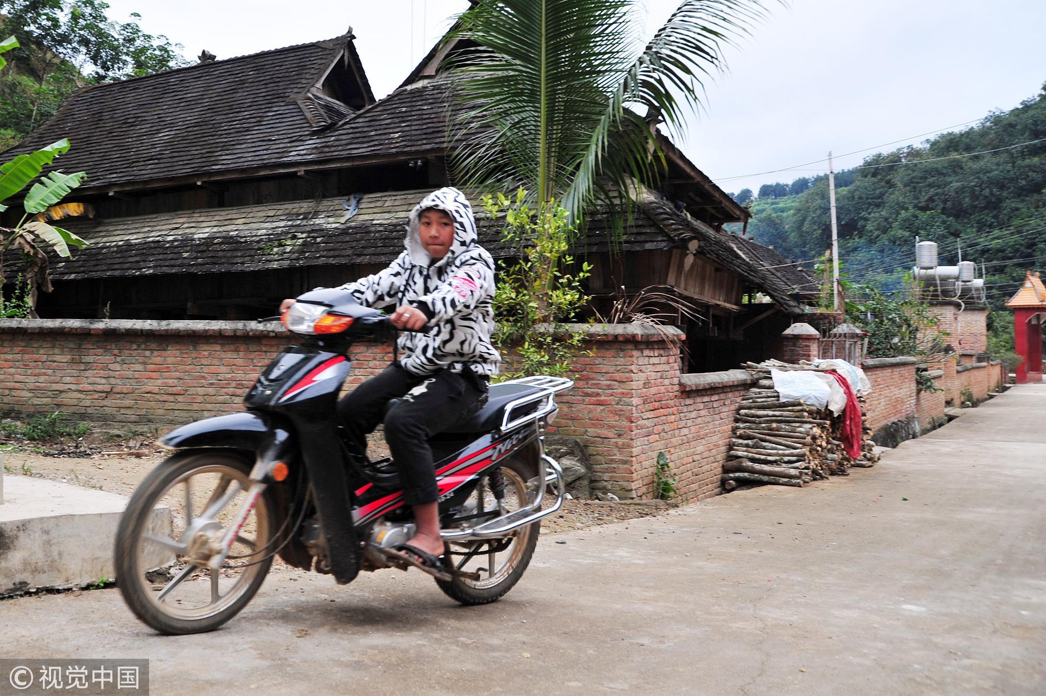 云南省西双版纳傣族自治州的克木人原来极度贫困,如今已经通电、通水、通路。/视觉中国
