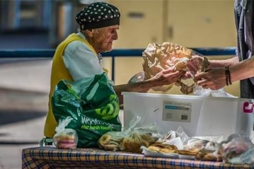 她退休后给流浪汉们继续做了整整38年的汤,好暖~