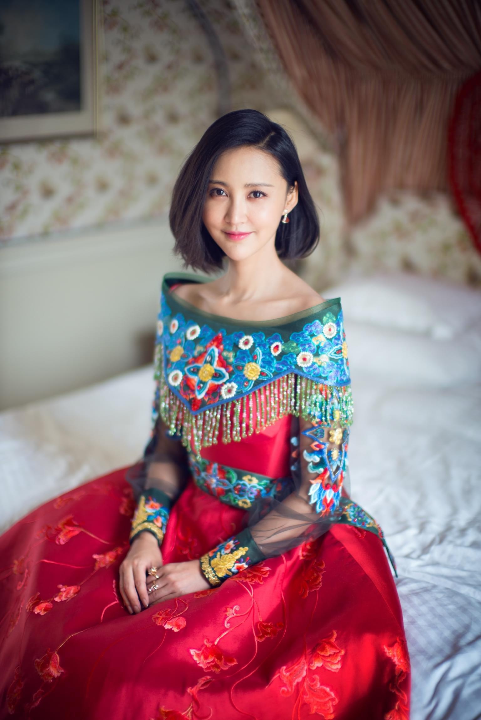 张歆艺受邀中澳国际电影节 红毯造型引猜想