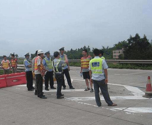 荆州中高速南匝道维护施工 交警调整警务保畅通