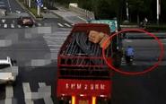 大货车拐弯存在盲区 骑车老汉遭碾压身亡