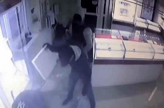 俄珠宝店遭打劫 特警队员数秒现身制服小偷