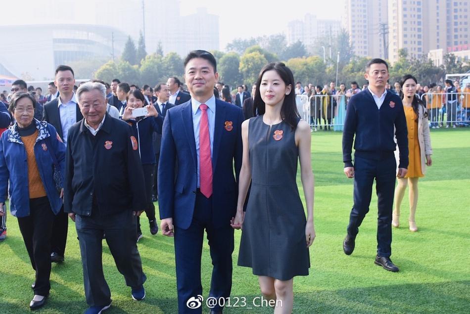 章泽天和邓文迪打牌给子怡过生日 才25岁就过上了富太太的生活