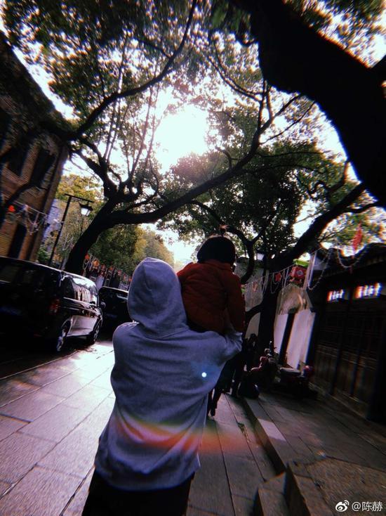 陈赫带女儿逛庙会 温柔对视画面超暖
