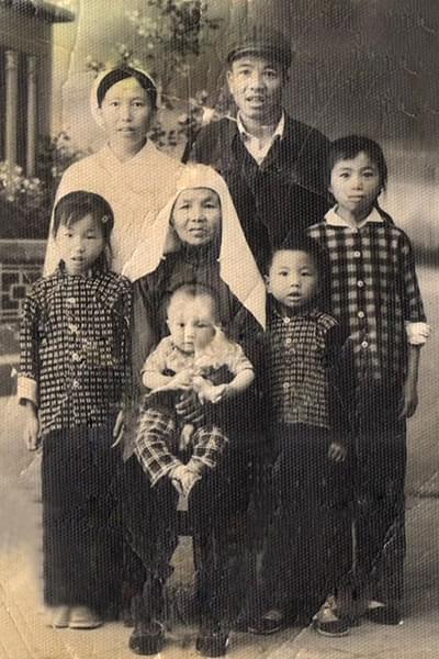 1974年,外公外婆跟四个子女,我妈,小姨,大舅,小舅。(作者供图)