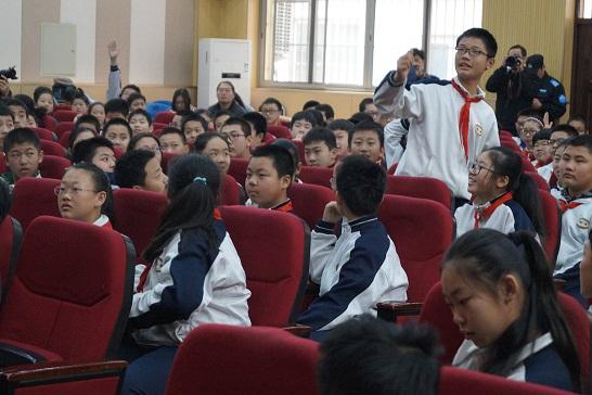 学生们积极互动参与禁毒知识答题