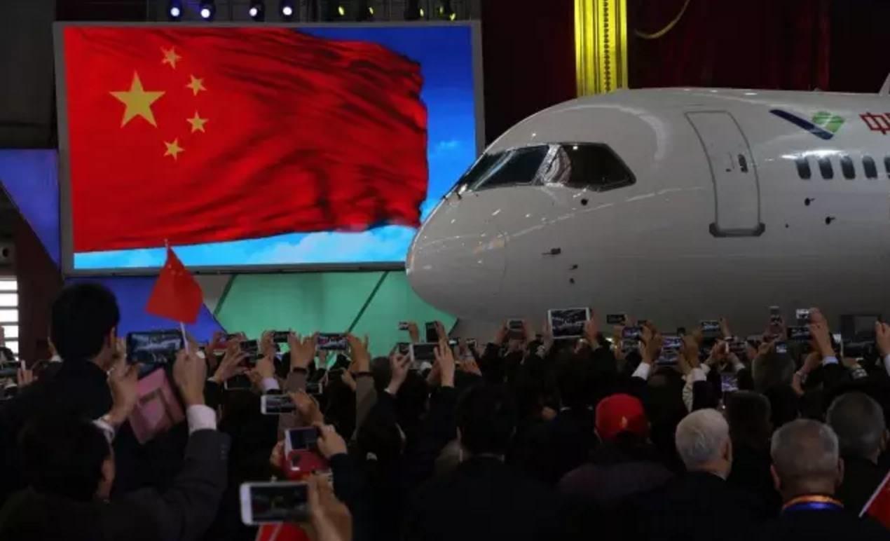 国产大飞机C919在上海浦东机场首飞!