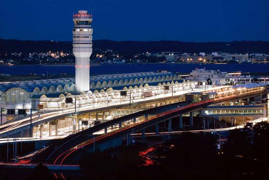 美联航一架客机因机舱冒烟执行紧急撤离