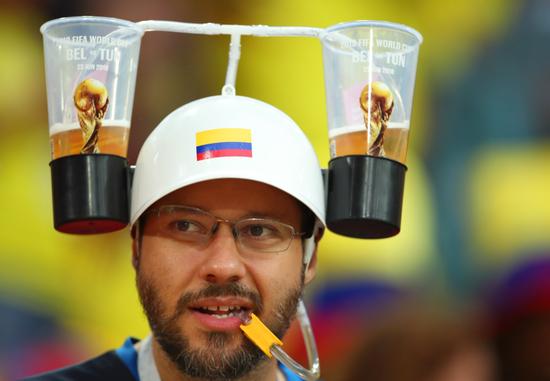 这位哥伦比亚球迷成功引起注意 老司机教你看球怎么喝啤酒