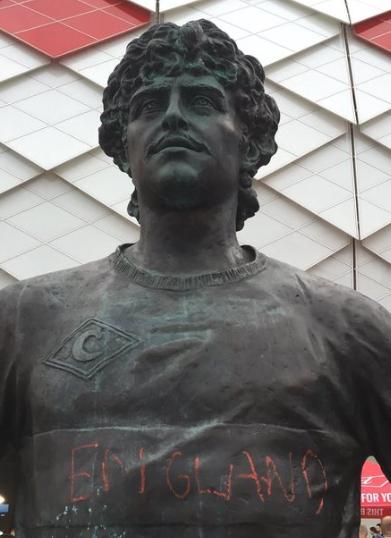 俄名宿铜像被喷英格兰字样 肇事者已被警方拘留