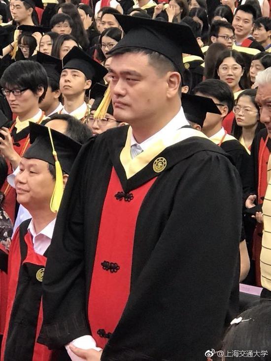 37岁姚明带父母参加交大毕业典礼 人生再添一角色