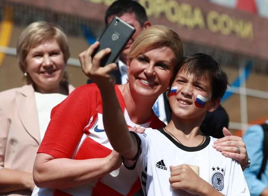 克罗地亚美女总统特例穿球衣进贵宾室:决赛必须去