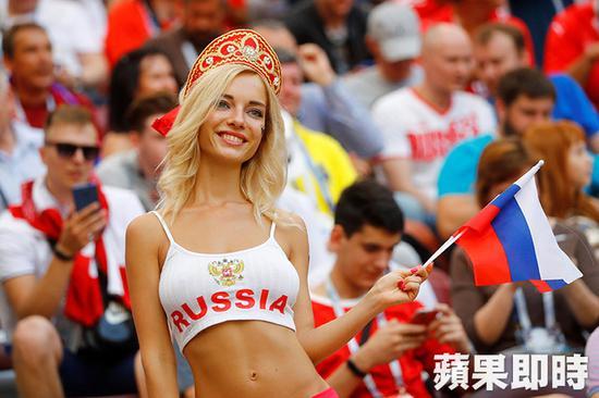 FIFA警告勿拍辣妹?克兔女郎抢先发清凉照 夺冠再穿衣服