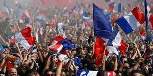 法国民众走上街头庆祝夺冠