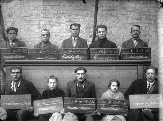 波兰移民在进入法国时都被要求拍下这种类似监狱囚犯的照片存档。