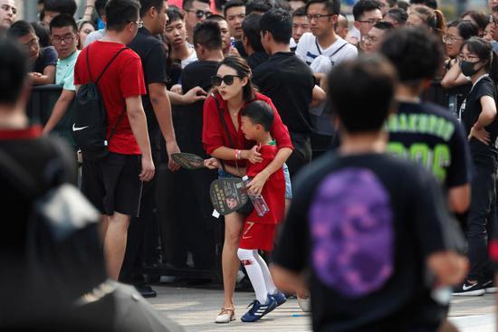 英媒报道C罗中国行:小男孩激动痛哭 球迷疯爬栏杆