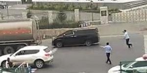29岁小伙驾加价神车遮牌冲卡 妻:还小