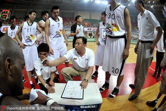 2010年NBL联赛第5轮:江苏同曦队主帅崔万军
