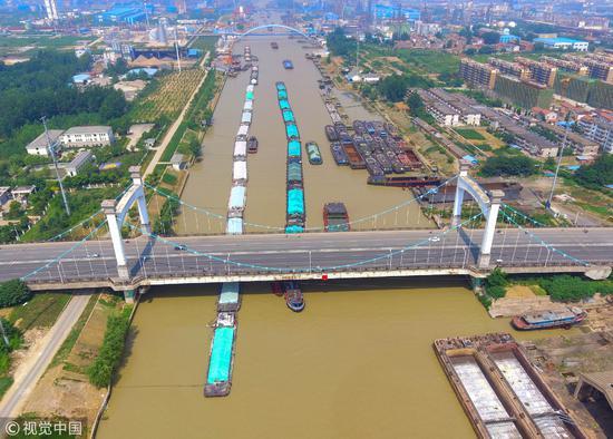 2018年6月6日,江苏淮安,航拍京杭大运河繁忙的运输船只/视觉中国
